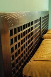 床頭的格子與木紋