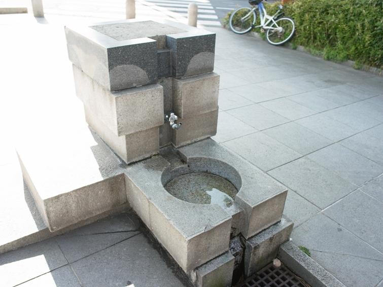 公園內的特殊造型水龍頭,路邊小公園裡的水龍頭也做成造酒器具般的外型