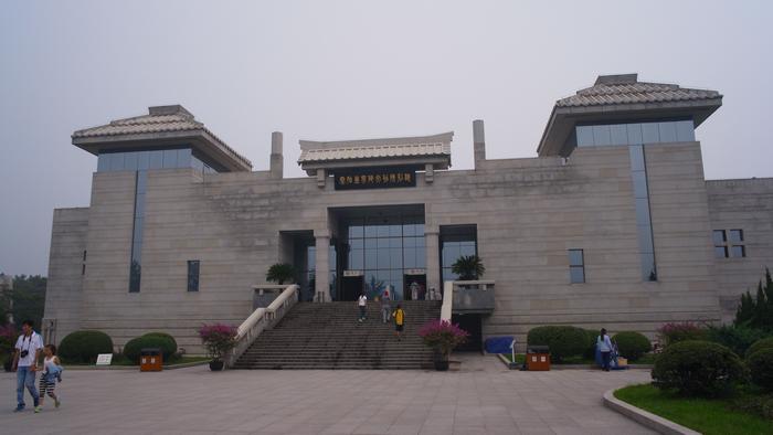 這是秦陵博物館的一號館,館前用篆字寫著秦始皇帝陵文物陳列廳