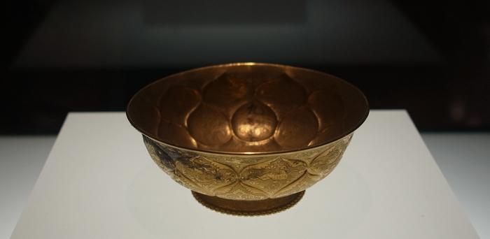 這個鴛鴦蓮瓣紋金碗做工超精巧