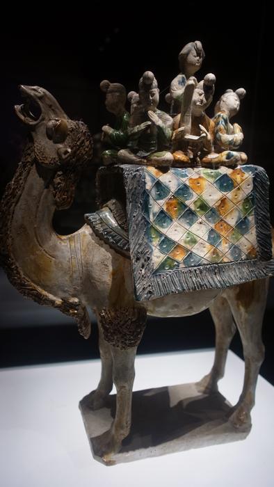 三彩駱駝載樂俑
