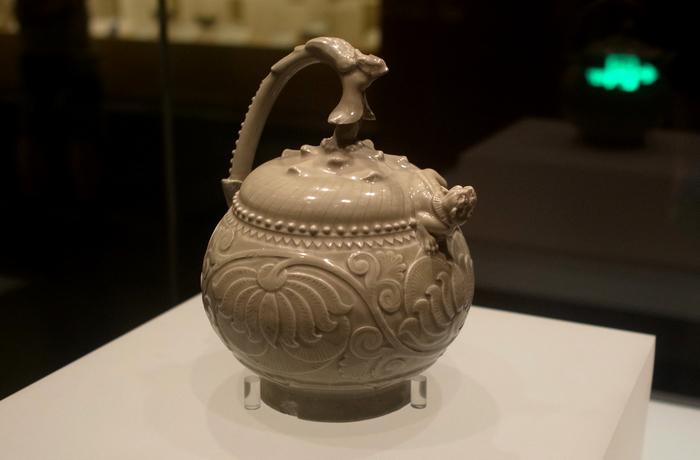 耀州窯青釉提梁倒注壺。其實是擺飾重於實用的壺……XD