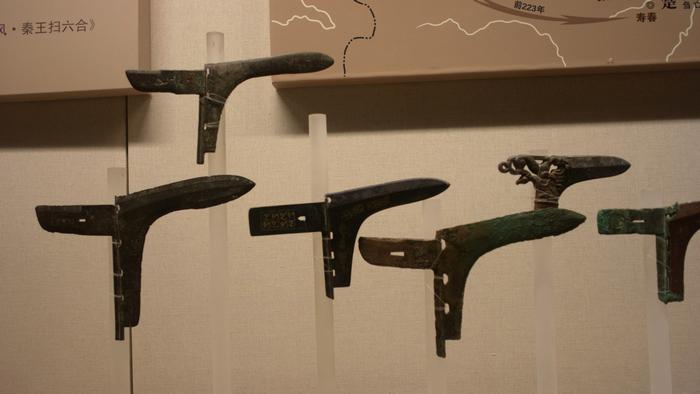 戰國的銅戈,意外的是尺寸並不大,不到30公分。有兩件比較精緻的,一件是錯金鳥篆文銅戈,另一個是鏤空虎紋銅戈。