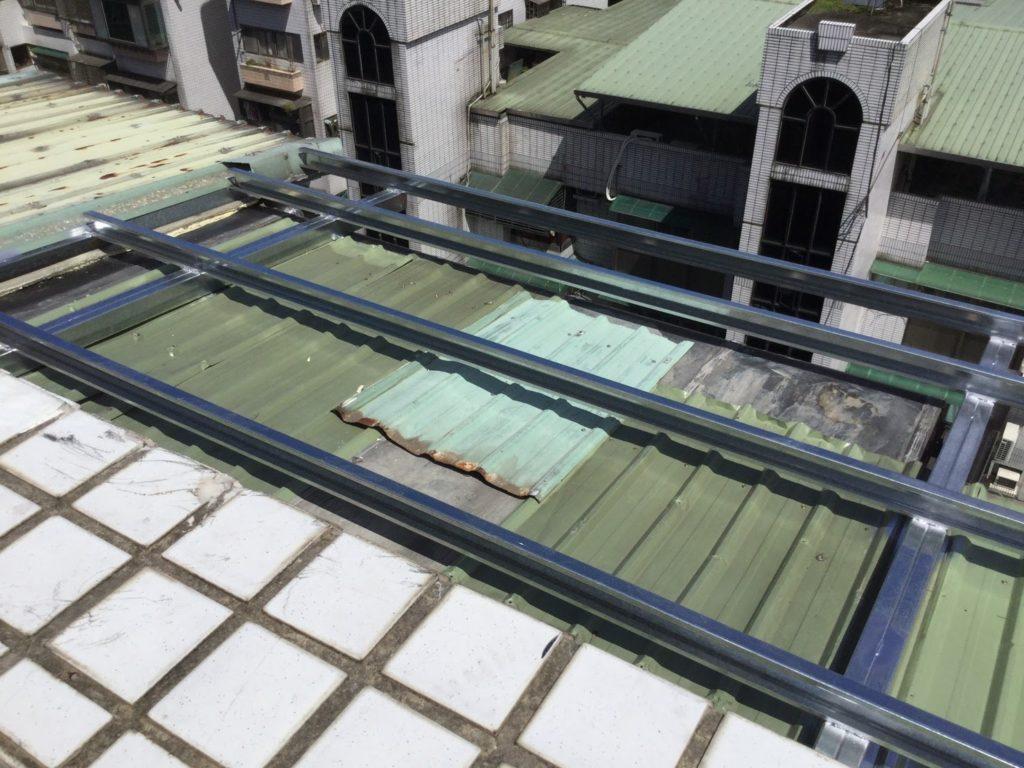 C鋼一側和隔壁的屋頂焊在一起,和大樓外牆交接的部分上L型鋼