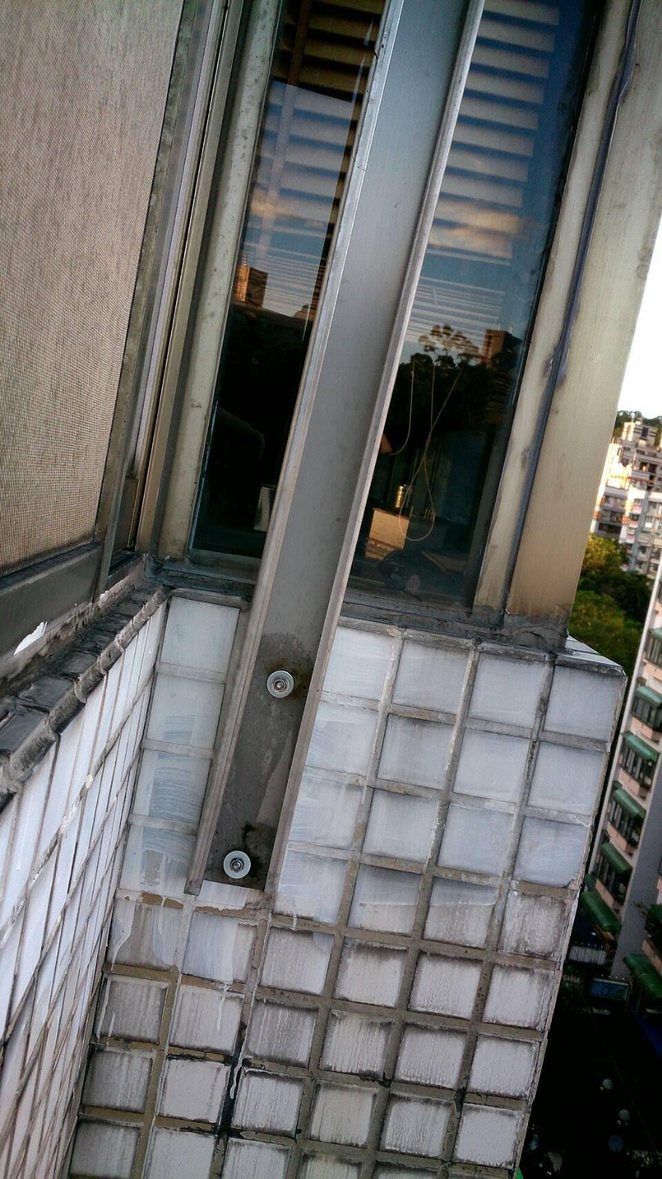 裝兩根支架訂在外牆上