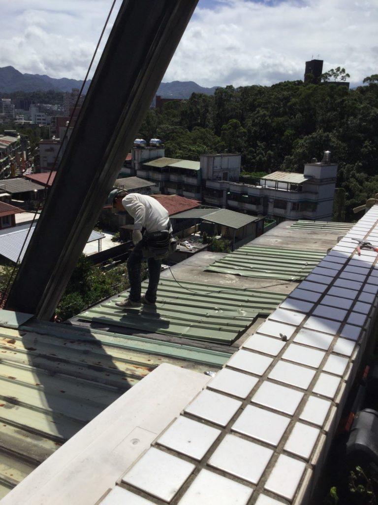 工班將原屋頂的波浪板裁下一些,先在雨棚破洞上做一層遮蓋,再做這次的屋頂