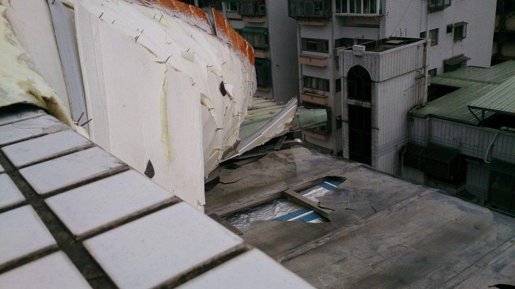 底下的雨棚破了,底下是廚房,天花板會滲水。 旁邊可以看到原本固定用的螺絲釘是直下的,所以我們家的屋頂是被梅姬公主拔起來的。