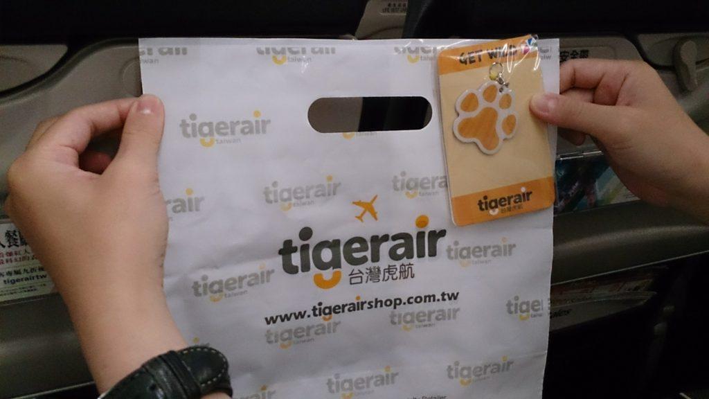 返程時在飛機上買了虎航機上限定的造型悠遊卡,因為很可愛,二來怕明年虎航倒了就沒得買了......