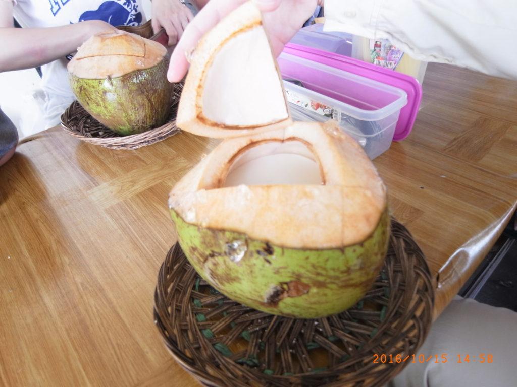 裝在椰子裡的椰子布丁